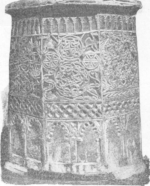 Fig. 283 — Bocal em pedra de um poço árabe, em Córdova; segundo fotografia.