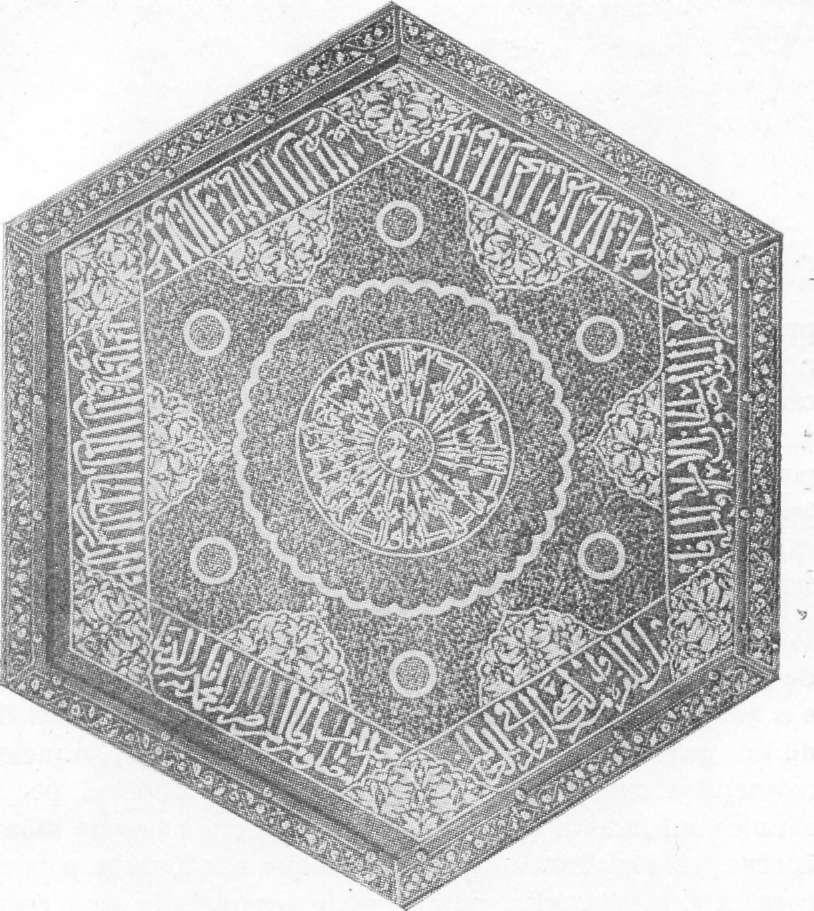 Fig. 289 — Parte superior de mesa de centro em bronze incrustada de prata, do século XII, fotografada no Cairo pelo autor.