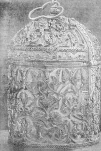 Fig. 324 — Cofre árabe áe Marrocos, em marfim esculpido, do século XI; segundo uma antiga gravura.