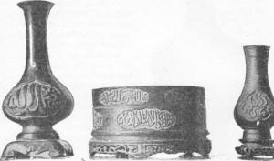 Fig. 327 a 329 — Vasos em bronze de estilo sino-árabe (coleção Schefer).