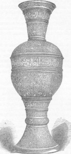 Fig. 330 — Vaso de cobre incrustado de prata, do estilo moderno de Damasco; segundo fotografia do autor.