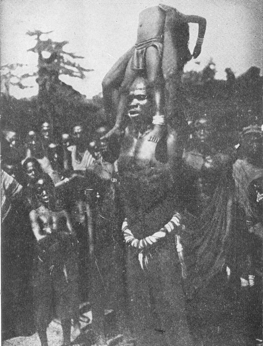 Yafouba, o mágico da trilso, com uma das meninas que foram jogadas em cima de pontas de espadas.