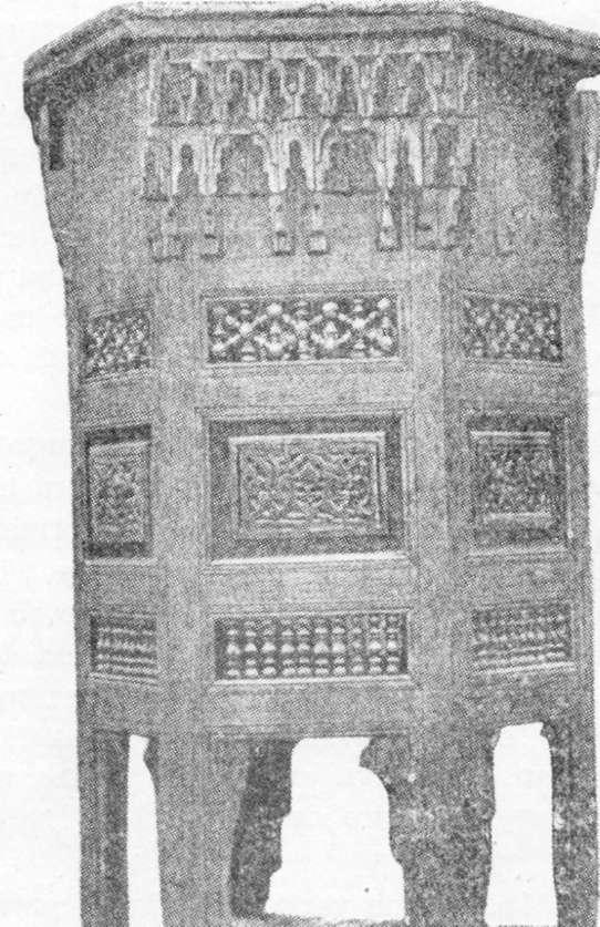 Fig. 294 — Mesa de centro árabe, em madeira, fotografada no Cairo.