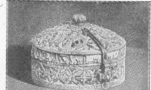 Fig. 299 — Cofre de marfim trabalhado de Córdova, do século XII (Museu de Kensington), segundo uma fotografia de C. Relvas.