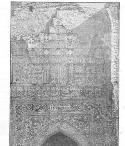 Fig. 301 — Azulejos esmaltados da porta principal do Mausoléu de Tamerlão; de um álbum fotográfico do general Kaufman.