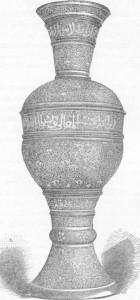 Fig. 330 — Vaso de cobre incrustado de prata, do estilo moderno de Damasco; segundo fotografia do autor.