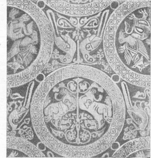 Fig. 240 — Fragmento de antigo estôjo árabe.