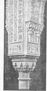 Fig. 313 — Pormenor de ornamentação de um capitel e coluna da Alhambra.